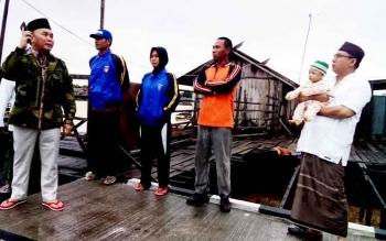 Sugianto saat menghubungi Walikota Palangka Raya untuk meminta penanganan korban bencana kebakaran bisa segera diturunkan khususnya pembenahan infrastruktur.