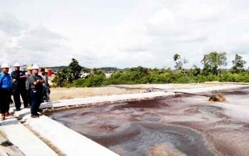 Sejumlah anggota DPRD Lamandau saat meninjau kolam penampungan limbah cair PT SAL, di desa Kujan, Rabu (22/2/2017).