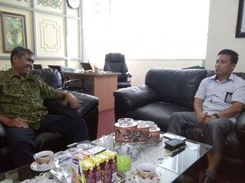 Pimpinan Borneonews.co.id dan Palangka Post, Yohanes Widada (kiri) berbincang dengan Manajer PLN Cabang Palangka Raya,Mujiono, Rabu (22/2/2017) sore