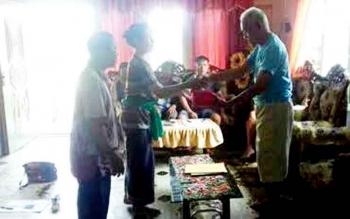 Retno, utusan pihak Nyi Roro Kidul saat bersamalam dengan Damang Kepala Adat Kecamatan Katingan Tengah Isay Djudae di rumah damang setempat Desa Telok.