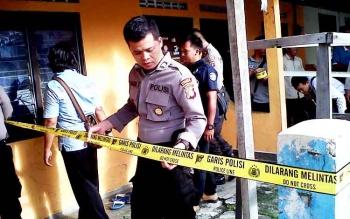 Garis polisi dipasang di sekitar barak yang disewa korban, Bella Septia, Rabu (22/2/2017).