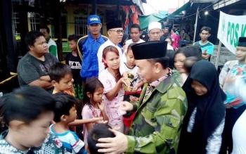 Gubernur Kalteng Sugianto Sabran berbincang dengan anak-anak saat mentinjau kawasan kebakaran di Gang Mandau, Rabu (22/2/2017)