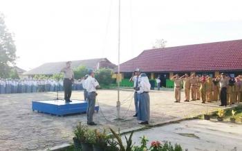 Kapolsek Sukamara, Iptu A Syaukani saat memimpin upacara bendera di SMKN 1 Sukamara.