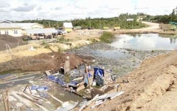 Genangan di luar kolam limbah PT SAL di Desa Kujan, Lamandau, yang mengeluarkan bau tidak sedap. Foto ini diambil saat mengikuti kunjungan DPRD, Rabu (22/2/2017).