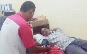 Seorang warga menjalani pemeriksaan sebelum mendonorkan darahnya.