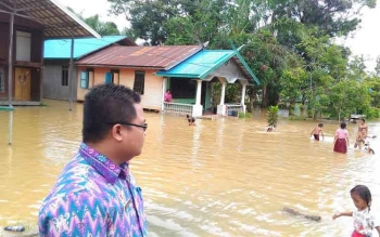 Lurah Keluraha Tampang Tumbang Anjir, Yeremia Dodi saat mamantau banjir, Kamis (23/2/2017)