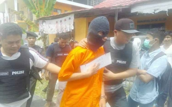 Polisi menggiring Samuel Pantas, tersangka pembunuh kekasihnya, sebelum dilakukan rekonstruksi di Jalan Karya Bhakti 1, Palangka Raya, Kamis (23/2/2017) pukul 13.00 WIB.