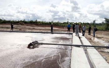 Sejumlah anggota DPRD Lamandau saat memantau lokasi penampungan limbah pabrik kelapa sawit milik PT KSO, di Desa Kujan, Lamandau, Rabu (22/2/2017).