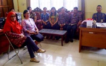 Kabid Koperasi Ika Rezeki Hawini sedang berdiskusi dengan kasi dan stafnya. Kamis (23/2/2017)