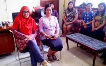 Kabid Koperasi pada Dinas Perdagangan Koperasi dan UKM Barito Selatan Ika Rezeki Hawini (dua kiri).