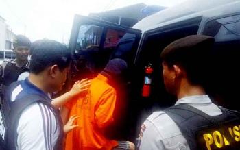 Pantas Samuel digiring untuk kemudian dibawa ke Polres Palangka Raya usai rekonstruksi di Jalan Karya Bhakti 1, Kamis (23/2/2017)