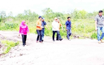 Gubernur Kalteng Sugianto Sabran bersama pejabat Dishub, PUTR, dan KSOP, meninjau jalan menuju Pelabuhan Bukit Pinang di Kelurahan Tanjung Pinang, Kota Palangka Raya, beberapa waktu lalu.