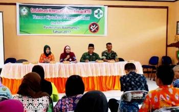Kepala Puskesmas Baamang II Sampit Yunita saat menyosialisasikan kawasan tanpa rokok di aula Kecamatan Baamang, Kamis (23/2/2017).