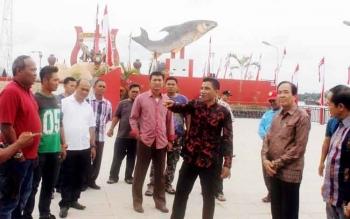 Bupati Kotim Supian Hadi bersama Wakil Bupati Taufiq Mukri dan sejumlah pejabat lainnya saat meninjau Ikon Kota Patung Jelawat, beberapa waktu lalu.