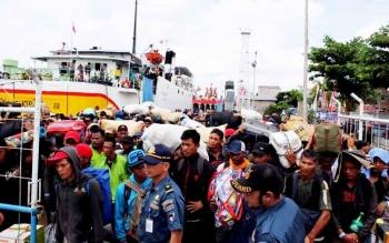 Para penumpang kapal berdesakan saat akan masuk ke atas kapal penumpang di Pelabuhan Sampit.