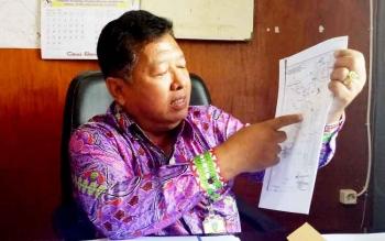 Kabag Pemerintahan Umum Setda Sukamara, Banjarnahor saat menunjukkan peta tata batas Kabupaten Sukamara.
