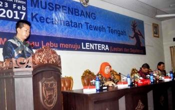 Bupati Barito Utara Nadalsyah saat memberikan sambutan pada kegiatan Musrenbang kecamatan teweh Tengah, Kamis (23/2/2017).
