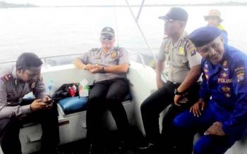 Perwira Polres Kapuas saat memimpin proses pencarian terhadap korban.