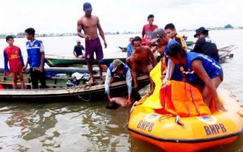 Evakuasi penyelam tradisional yang tewas saat proses evakuasi kelotok yang tenggelam di Sungai Kapuas.