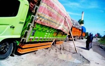 Truk pengangkut semen amblas di sekitar Bundaran Pangkalan Lima, Pangkalan Bun, Kamis (23/2/2017).