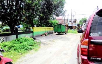 Depo sampah di Jalan Badak, Palangka Raya. Masih saja ada masyarakat yang membuang sampah di luar depo padahal sudah disediakan pemerintah tempat membuang sampah