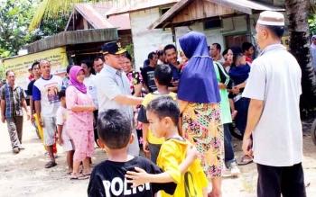 Gubernur Kalteng saat menyapa warga di Ampah, Barito Timur beberapa waktu lalu. Ia risih banyak warga Kalteng masih kategori miskin dan karena itu ia berharap tidak banyak kesenjangan yang terjadi antara rakyat dengan pejabat.