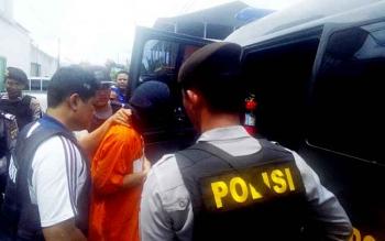 Aparat kepolisian bersenjata menggiring tersangka pembunuh Bella Septia, Pantas Samuel, seusai rekonstruksi, Kamis (23/2/2017).