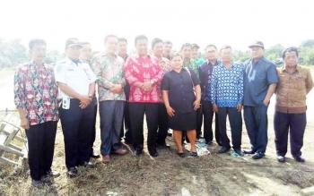 Bupati Pulang Pisau beserta jajarannya diantara masyarakat dan wakil rakyat dari wilayah hulu Kabupaten Pulang Pisau