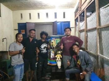 Dua dari tiga warga Aceh yang keliling Indonesia Suhendri (kiri), Amri Purnama (tiga dari kiri) terlihat akrab bersama Pembina Klub Mo\'cca, Bella Rhomadani (dua dari kanan), Ketua Klub Mo\'cca Ahmad Rido\'I Fahrizal (kanan duduk) dan anggota Mo\'cca, Eko (dua dari kiri) di Jalan Galaxy Raya, Palangka Raya, Kamis (23/2/2017) malam.