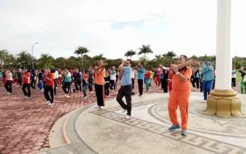 Terlihat Sekda Lamandau, Arifin LP Umbing (kaos orange), Wakil Ketua DPRD Lamandau, FX Perwiragato, dan ratusan peserta saat ikuti senam bersama, Jumat (24/2/2017) pagi.