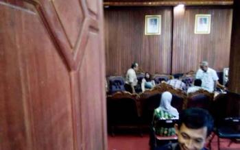 Perwakilan dua PKS di Desa Kujan, menghadiri rapat tertutup di ruang kerja Bupati Lamandau.