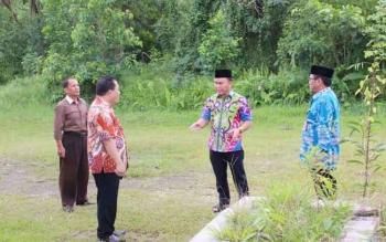 Gubernur Kalteng, Sugianto Sabran saat mengecek lokasi Hotel Dandang Tingang yang terkesan kurang terawat, Jumat (24/2/2017)