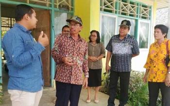 Ketua DPRD Gunung Mas, Gumer melihat kondisi SMPN 4 Kurun, Jumat (24/2/2017)