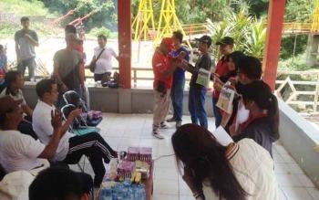 Voting untuk memilih warna serta motif halaman kantor bupati yang dilakukan di lokasi Wisata Air Terjun Sanggrahan, Jumat (24/2/2017)