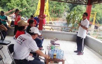Bupati Mura, Perdie M Yoseph saat memberikan pengarahan sebelum kegiatan pembersihan di Air Terjun Sanggrahan, Jumat (24/22017)