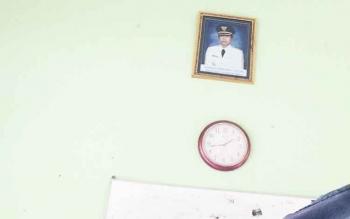 Foto kepala daerah yang terpajang di dinding kantor Dinas Sosial Kabupaten Kotawaringin Barat masih Bambang Purwanto. Padahal saat ini tampuk kepemimpinan Kobar sudah berganti dan dijabat Pj Bupati Nurul Edy.