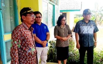 Kepala SMPN 4 Kurun, Masmiri (dua kanan), berbincang dengan Ketua DPRD Gunung Mas Gumer, Wakil Ketua DPRD Pundung S Merang, dan Lurah Tampang Tumbang Anjir Yeremia Dodi, Jumat (24/4/2017).