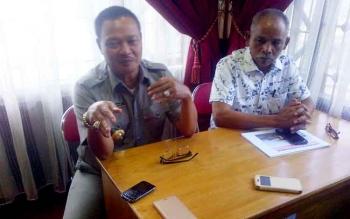 Bupati Lamandau, Ir. Marukan didampingi Ketua DPRD Lamandau, H. Tommy Hermal Ibrhim, saat jumpa pers usai rapat dengan perwakilan manajemen PKS.