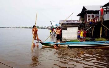 Aktivitas di Sungai Mentaya Sampit.