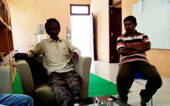 Aleksius (kiri) memberikan keterangan kepada wartawan di kantor Sekretariat PWI Kabupaten Barito Utara, Jumat (224/2/2017).
