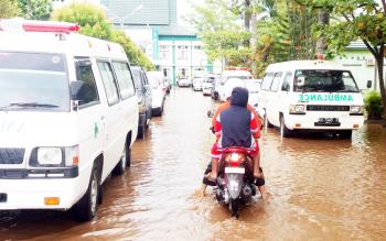 Pengendara motor melintasi jalan menuju RSUD Dr Murjani Sampit yang terendam air beberapa waktu lalu.