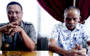 Bupati Lamandau, Ir. Marukan didampingi Ketua DPRD Lamandau, Tommy Hermal Ibrhim, saat jumpa pers, Jumat (24/2/2017).