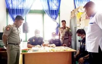 Anggota BNK Sukamara saat melakukan tes urine di Dinas Satuan Polisi Pamong Praja dan Pemadam Kebakaran (Satpol PP dan Damkar) Sukamara beberapa waktu lalu.