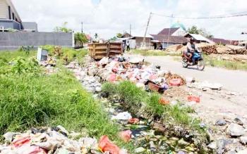 Sampah berserakan di dalam parit Jl Panjaitan Selatan, beberapa waktu lalu. Bupati Kotim Supian Hadi mengimbau warga tidak buang sampah sembarangan.