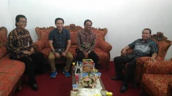 Ketua DPRD Kabupaten Kapuas Algrin Gasan (dua kiri) bersilaturahim dengan Ketua DPRD Gunung Mas Gumer, Wakil Ketua DPRD Punding S Merang, dan Sekwan Sahidun P Umar, Jumat (24/2/2017).
