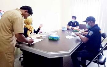 Badan Narkotika Kabupaten (BNK) Sukamara saat melaksanakan tes urine di Dinas Pekerjaan Umum (PU) Sukamara.