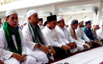 Ustaz Arifin Ilham dan Gubernur Sugianto saat sholat Jumat di Masjid Raya. Malam ini Arifin Ilham isi acara Tabligh Akbar dan Dzikir di Rujab Gubernur