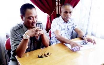 Bupati Lamandau Marukan (kiri) didampingi Ketua DPRD Lamandau Tommy Hermal Ibrhim saat jumpa pers usai rapat dengan perwakilan manajemen PKS Kujan, Jumat (24/2/2017).