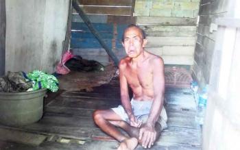 Darhan, kakek berusia 57 tahun yang kondisinya memprihatinkan.