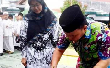 Gubernur Kalteng Sugianto Sabran menandatangani prasasti peresmian beroperasinya SMPI Terpadu Alqonita Jalan Ranying Suring. Peresmian sekolah ini sebenarnya tertunda karena dijadwalkan pada 2016 lalu.
